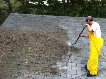 Quand appeler un plombier pour inspecter et réparer une fuite sur le toit?